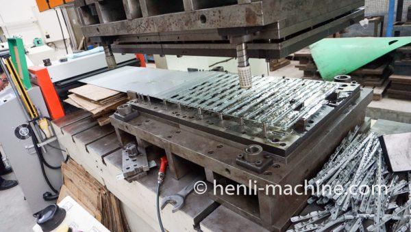 how Servo Feeder Machine feeds coil material to Punch Press